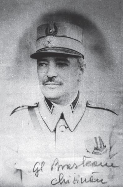 """Ernest Broşteanu (n. 24 ianuarie 1869, Roman - d. 6 iunie 1932) a fost unul dintre generalii Armatei României din Primul Război Mondial. A îndeplinit funcţii de comandant de regiment şi divizie în campaniile anilor 1916, 1917, şi 1918. A fost decorat cu Ordinul """"Mihai Viteazul"""", clasa III, pentru modul cum a condus Regimentul 53 Infanterie în luptele din Dobrogea, de la începutul campaniei din 1916, fiind unul din cei doisprezece ofițeri care au fost primii decorați cu acest ordin (Brevetul nr. 2) - (Generalul Ernest Brosteanu într-o fotografie din 1917, la Chişinău) -  foto preluat de pe ro.wikipedia.org"""