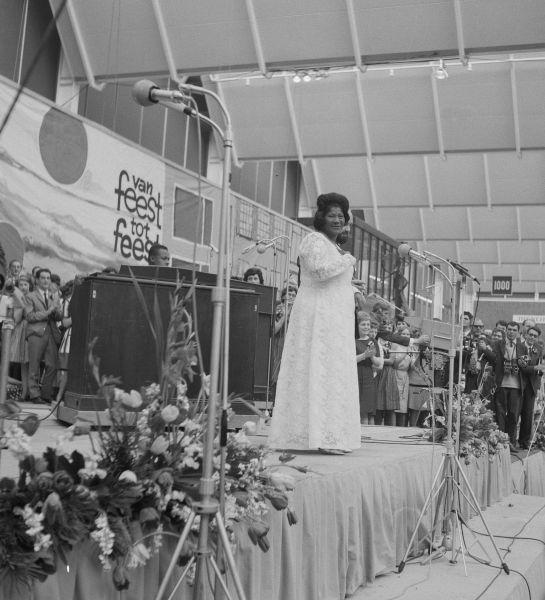 King's friend Mahalia Jackson (seen here in 1964) sang at his funeral - foto preluat de pe en.wikipedia.org