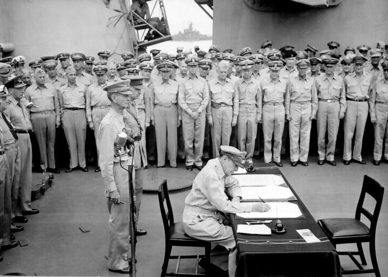 Capitularea Japoniei (2 septembrie 1945) - Semnarea actului capitulării la bordul USS Missouri - Generalul Douglas MacArthur semnând actul capitulării din partea SUA - foto preluat de pe ro.wikipedia.org