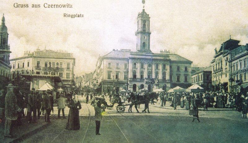Cernăuți: piața centrală și clădirea primăriei - foto preluat de pe ro.wikipedia.org