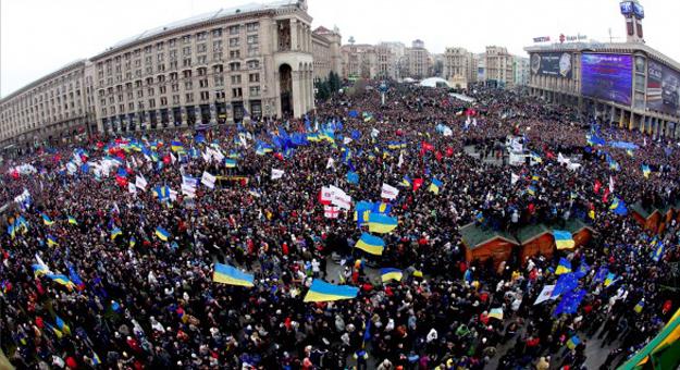 mass-demonstration-in-euromaidan-586x319
