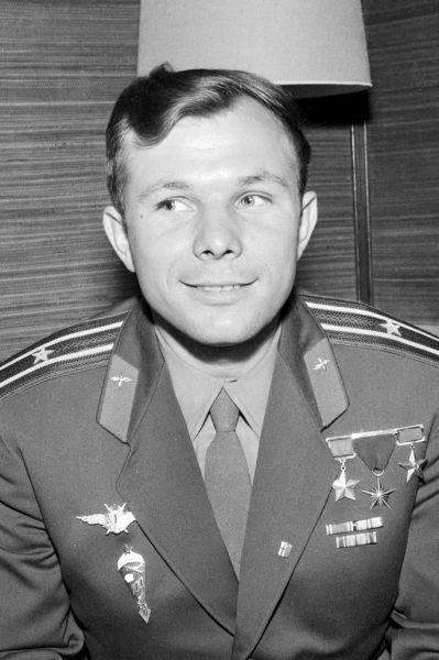 Iuri Alexeevici Gagarin (n. 9 martie 1934, Klușino, RSFS Rusă, URSS - d. 27 martie 1968, Kirjaci, RSFS Rusă, URSS) a fost un cosmonaut sovietic, Erou al Uniunii Sovietice. La 12 aprilie 1961, el a devenit primul om care a ajuns în spațiu și pe orbita Pământului. A primit numeroase medalii în diferite țări pentru zborul său de pionierat în spațiul cosmic - Iuri Gagarin in Helsinki, 1961, foto preluat de pe en.wikipedia.org