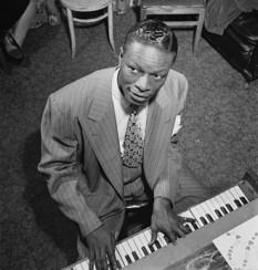 Nat King Cole (n. Nathaniel Adams Coles la 17 martie 1919 - d. 15 februarie 1965 ) a fost un pianist, compozitor, interpret de jazz, cântăreț și actor de film american.  Născut în 1919, și-a alcătuit prima formație de jazz în liceu. Treptat, a devenit unul din cei mai cunoscuți și mai populari cântăreți ai vremii. A realizat numeroase lucruri în folosul comunității afro-americane din SUA, în acea vreme discriminarea fiind încă acceptată. A fost primul afro-american (negru) care a avut propriul show la radio și, apoi, propriul show la televiziune - foto: ro.wikipedia.org