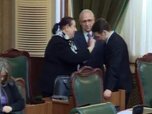 Dan Șova, miruit în plen de o fostă judecătoare. Senatorul a fost salvat de lipsa de cvorum - foto - ziarulatac.ro