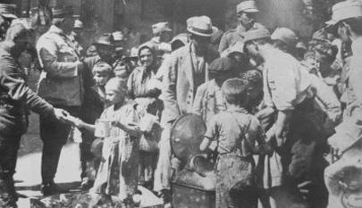 Copii budapestani primind hrana de la soldatii romani - foto - cersipamantromanesc.wordpress.com