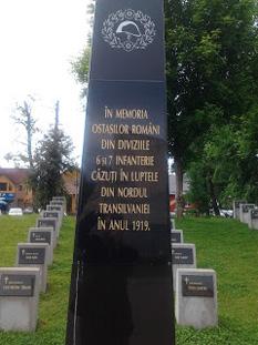 Mormintele a 64 de eroi români căzuți în luptele din  nordul Transilvaniei, aprilie 1919 - foto - cristiannegrea.ro