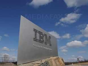 IBM, acronim din engleză de la International Business Machines, este o corporație americană producătoare de tehnologie avansată. Sediul companiei se află la Armonk, New York; are filiale în numeroase țări de pe glob. Compania s-a făcut cunoscută prin poziția sa de lider în domeniu între anii 1950 și 1980 (prin sisteme de calculatoare precum IBM 1490 și IBM 7000, precum și prin inventarea discului dur) și prin dezvoltarea în 1981 a microcalculatorului IBM PC, strămoșul calculatoarelor personale de astăzi, bazate pe arhitectura Intel x86. De-a lungul anilor 1980 a participat, alături de diverse alte companii, la dezvoltarea de software pentru arhitectura PC, printre care împreună cu compania Microsoft pentru MS-DOS și OS/2. IBM este, de asemenea, unul din liderii fabricării microchipurilor, dintre care cele mai performante pe plan mondial au fost cele de 64-bit care au echipat computerele firmei Apple între 2002 și 2005, cunoscute sub numele de cod Power G5 sau PowerPC 970. Cu toate acestea, în anul 2005, firma IBM și-a vândut divizia de calculatoare personale constructorului chinez Lenovo, care a anunțat că va continua și comercializarea de calculatoare IBM sub propriul nume. Tranzacția a stat la un moment dat sub semnul întrebării, fiind nevoie de aprobarea guvernului american, care a decis că această tranzacție nu impietează asupra securității Statelor Unite ale Americii. Compania IBM continuă să se axeze pe piața supercalculatoarelor, serverelor și a sistemelor integrate pentru afaceri medii și mari, contribuind și la dezvoltarea sistemului de operare Linux. Acțiunile IBM sunt notate în indexul bursier american Dow Jones. IBM a dovedit de-a lungul anilor o inventivitate și putere de creație enormă, pe cele mai diverse domenii științifice și tehnologice. Câteva invenții IBM: tehnologia benzii magnetice (folosită la carduri) și codul universal al produselor (codul de bare) - foto: cersipamantromanesc.wordpress.com