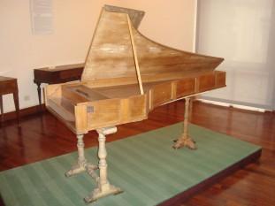 The 1722 Cristofori piano in the Museo Nazionale degli Strumenti Musicali in Rome - foto - en.wikipedia.org