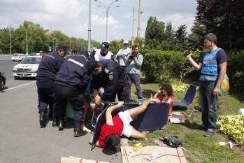 Activişti luaţi pe sus de lângă Guvern, 1 mai 2015 - foto preluat de pe epochtimes.ro
