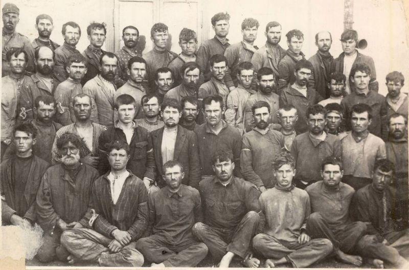 """Răscoala de la Tatarbunar a fost o revoltă țărănească armată de inspirație bolșevică care a avut loc în zilele de 15-18 septembrie 1924, în împrejurimile localității Tatarbunar (uneori scris și Tatar-Bunar) din Bugeac (Basarabia de Sud), care făcea pe atunci parte din România, iar în prezent este parte a Regiunii Odesa din Ucraina. Răscoala a fost condusă de un comitet revoluționar prosovietic care a cerut unificarea cu RSS Ucraineană și sfârșitul presupusei """"ocupații românești în Basarabia"""". Unele surse pun accentul pe rolul jucat de agenții Cominternului, al căror obiectiv anti-România Mare a fost promovarea moldovenismului (mai târziu, în același an, a fost înființată Republica Socialistă Sovietică Autonomă Moldovenească în regiunea Transnistria a RSS Ucrainene). Localitatea Tatarbunar și împrejurimile erau zone cu o populație românească minoritară, aici locuind în principal alte grupuri etnice, însă nici un grup etnic nu alcătuia o majoritate - in imagine, Un grup de răsculaţi din Tatarbunar (septembrie 1924) - foto: ro.wikipedia.org"""