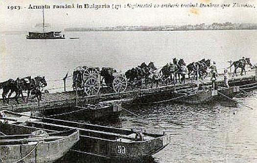 Al doilea război balcanic. Armata Română trecând Dunărea pe un pod de vase la Zimnicea, în cadrul Campaniei pentru Turtucaia - foto: ro.wikipedia.org