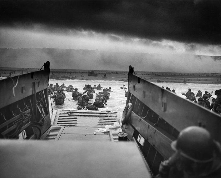 Bătălia pentru Normandia, Parte a Operațiunii Overlord - in imagine, Debarcarea primilor militari americani pe plaja Omaha. Fotografie de Robert F. Sargent - foto: ro.wikipedia.org