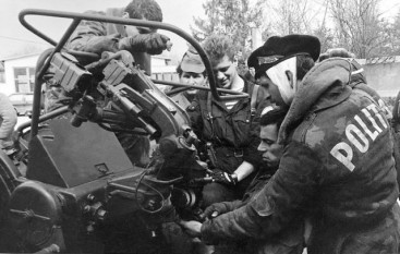 """Moldovan policeman training recruits in use of ZU-23-2 gun. Note the title """"Politia"""" on the back of his jacket, which identifies him as a Moldovan police officer: the Russians in Transnistria still use the designation """"Militia"""". (Photo: transnistria.md via Alexandru Stratulat) - foto - torrentsmd.com"""
