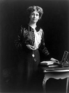 Emmeline Pankhurst (n. 14 iulie 1858, Manchester - d. 14 iunie 1928 , Londra) născută Emmeline Goulden, reprezentantă a mișcării radicale feministe, o militantă (sufragetă) care a luptat pentru drepturile femeii - foto - ro.wikipedia.org