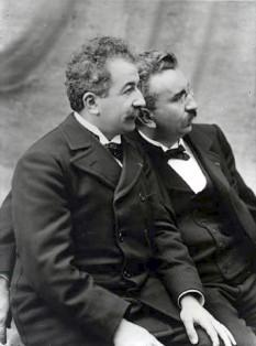 Frații Auguste și Louis Lumière, sunt copiii industriașului francez Antoine Lumière, proprietarul unei uzine de aparate de fotografiat. Cei doi erau fotografi de meserie. August Lumière s-a născut la 19 octombrie 1862 și a murit la 10 aprilie 1954. Louis Lumière s-a născut la 5 octombrie 1864 și a murit la 6 iunie 1948. Cei doi sunt considerați inventatorii primului aparat de filmat și a primului aparat de proiecție cinematografică - foto: en.wikipedia.org
