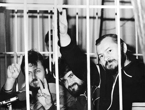 """Pe  banca acuzaţilor tribunalului ilegitim de la Tiraspol în cazul """"grupului Ilaşcu""""; de la stînga la dreapta: Andrei Ivanţoc, Alexandru Leşco şi Ilie Ilaşcu (1993) - foto: ro.wikipedia.org"""