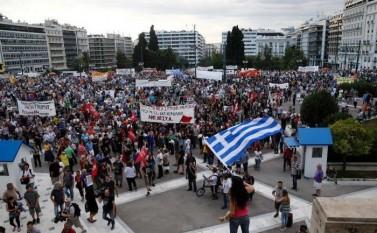 Mii de oameni protestează în faţa clădirii Parlamentului din Atena pentru a cere guvernului ţării să nu cedeze presiunii creditorilor internaţionali, 21 iunie 2015 - foto - epochtimes-romania.com
