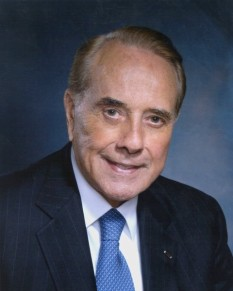 """Robert Joseph """"Bob"""" Dole (born July 22, 1923) is an American politician who represented Kansas in the United States Senate from 1969 to 1996 and in the House of Representatives from 1961 to 1969 - foto - en.wikipedia.org"""