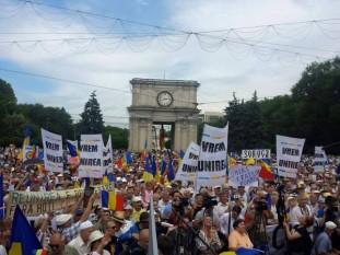 Chişinău - 5 iulie 2015 - Marea Adunare Naţională - Zeci de mii de oameni scandează  - foto - infoprut.ro