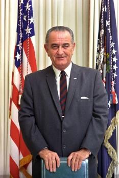 Lyndon Baines Johnson, cunoscut mai ales ca Lyndon B. Johnson, (n. 27 august 1908 - d. 22 ianuarie 1973), adesea numit pe inițialele sale, LBJ, cel de-al treizeci și șaptelea vicepreședinte și cel de-al treizeci și șaselea președinte al Statelor Unite ale Americii (1963 - 1969)  foto: ro.wikipedia.org