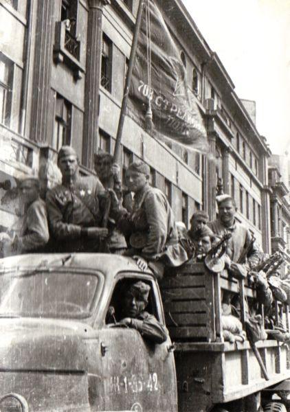 Armata Roşie a intrat în Bucureşti la o săptămână după evenimente, găsind oraşul eliberat de germani, armata română gata de luptă de partea ei şi un guvern dispus să-i fie aliat - foto preluat de pe ro.wikipedia.org