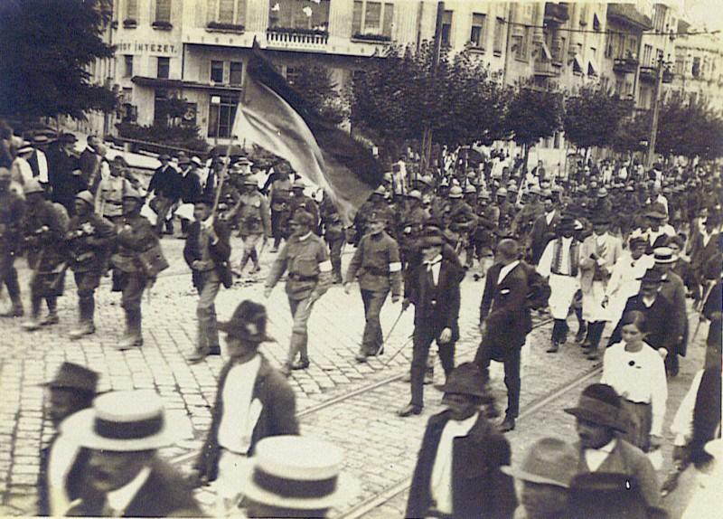 Armata română intră în Timişoara la cateva zile dupa instalarea unei administratii romanesti, consfintind unirea Banatului cu patria mama – Romania (1919) foto: cersipamantromanesc.wordpress.com