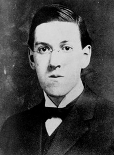 Howard Phillips Lovecraft (n. 20 august 1890 în Providence, Rhode Island - d. 15 martie 1937, în Providence, Rhode Island) scriitor american, considerat unul dintre părinții literaturii fantastice a începutului secolului XX - in imagine,  Howard Phillips Lovecraft în 1915 - foto: ro.wikipedia.org
