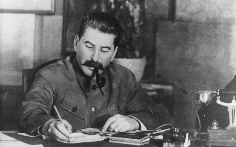 Iosif Vissarionovici Stalin (născut: Ioseb Besarionis Dze Jugashvili,18 decembrie 1878 – d. 5 martie 1953) din tată georgian și mamă osetină, a fost un om politic sovietic, fost revoluționar bolșevic devenit după Revoluția din Octombrie conducător politic sovietic. Stalin a devenit Secretar General al Partidului Comunist al Uniunii Sovietice în 1922, în urma morții lui Vladimir Ilici Lenin, câștigând în anii deceniului al treilea lupta pentru putere cu Lev Troțki și consolidându-și pe deplin autoritatea odată cu Marea Epurare, o perioadă de represiune cruntă al cărei apogeu a fost atins în 1937. Stalin a rămas la putere pe tot parcursul celui de-al Doilea Război Mondial, și după încheierea acestuia, până la moartea sa. Din 1946 a deținut și funcția de prim-ministru al Uniunii Sovietice. Ideologia marxist-leninistă ca interpretare a lui Stalin este adeseori numită și stalinism - foto: ro.wikipedia.org