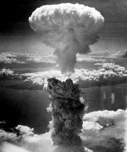 Norul ciupercă provocat de explozia aruncării celei de-a doua bombe atomice, [The] Fat Man, deasupra orașului Nagasaki s-a ridicat la 18 km (sau 11 mi = 60,000 ft) în atmosferă deasupra hipocentrului. 39.000 de persoane au fost ucise - foto preluat de pe ro.wikipedia.org