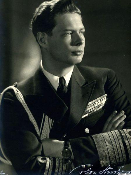 Mihai I (n. 25 aprilie 1921, Sinaia, România – d. 5 decembrie 2017, Aubonne, Elveția) a fost regele României între 20 iulie 1927 și 8 iunie 1930, precum și între 6 septembrie 1940 și 30 decembrie 1947. A fost unul dintre puținii foști șefi de stat din perioada celui de-al Doilea Război Mondial care au trăit și în secolul XXI. Fiu al principelui moștenitor Carol, Mihai a moștenit de la naștere titlurile de principe al României și principe de Hohenzollern-Sigmaringen (la care a renunțat mai târziu - Regele Mihai în uniformă RAF - foto preluat de pe ro.wikipedia.org