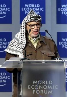 Yasser Arafat (pe numele său adevărat Muhamed Abdel Rauf Arafat al-Qudwa al-Husseini, zis și Abu Amar (n. 24 august 1929, Cairo- d. 11 noiembrie 2004, Paris)  a fost un lider palestinian - in imagine, Yasser Arafat vorbind la Forumul Economic Mondial, în 2001 - foto - ro.wikipedia.org