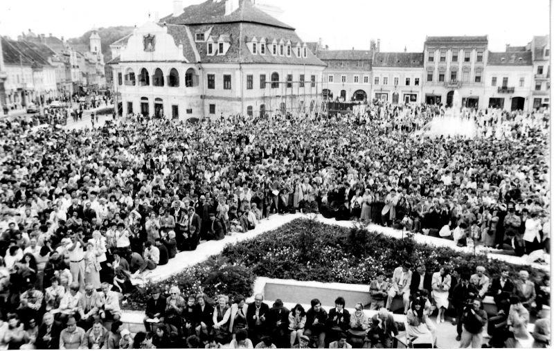 Brasov 8 septembrie 1990, prima întrunire a Rezistenţei Române, Zeci de mii de braşoveni aşteaptă un mesaj de reconstrucţie a speranţei - foto: vasilegogea.wordpress.com