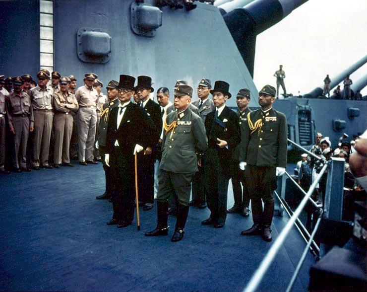 Reprezentanții japonezi aflați la bordul vasului USS Missouri în timpul ceremoniei de pe 2 septembrie 1945 - foto: ro.wikipedia.org