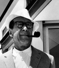 Georges Joseph Christian Simenon (n. 13 februarie 1903; d. 4 septembrie 1989) scriitor belgian prolific, care a publicat o sută nouăzeci și două de romane, o sută cincizeci și opt de povestiri și numeroase articole și rapoarte. El este cunoscut pentru crearea comisarului Maigret, personajul principal al romanelor și povestirilor sale polițiste - foto - ro.wikipedia.org