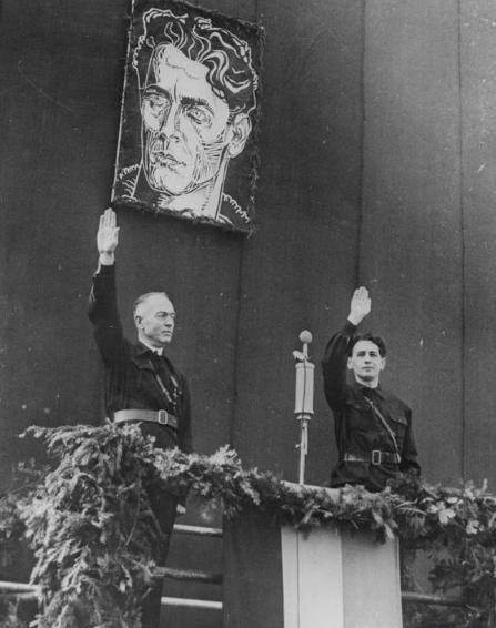 Ion Antonescu și Horia Sima în uniforme legionare, salută cu salutul fascist, sub portretul lui Corneliu Zelea Codreanu, la o manifestație a Gărzii de Fier, octombrie 1940 - foto: ro.wikipedia.org
