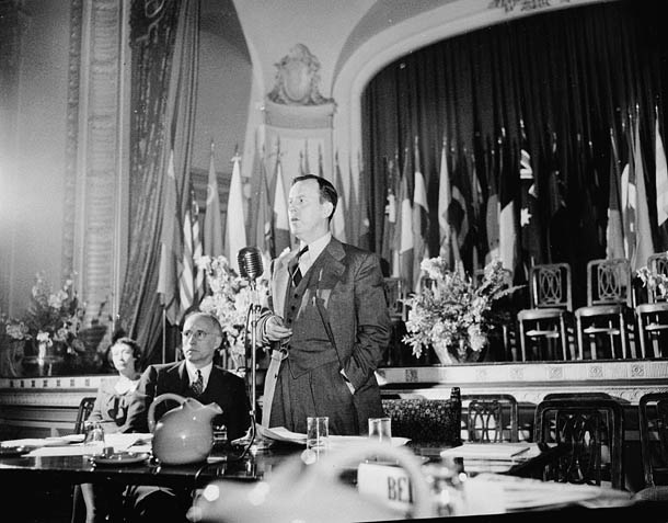 Lester Bowles Pearson presiding at a plenary session of the founding conference of the United Nations Food and Agriculture Organization. October 1945 - foto: en.wikipedia.org