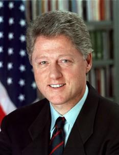 """William Jefferson """"Bill"""" Clinton, cunoscut mai ales ca Bill Clinton, (născut William Jefferson Blythe III pe 19 august 1946), cel de-al patruzeci și doilea președinte al Statelor Unite ale Americii, servind ca șef al executivului Statelor Unite două mandate complete de 4 ani între 1993 și 2001 - foto: ro.wikipedia.org"""