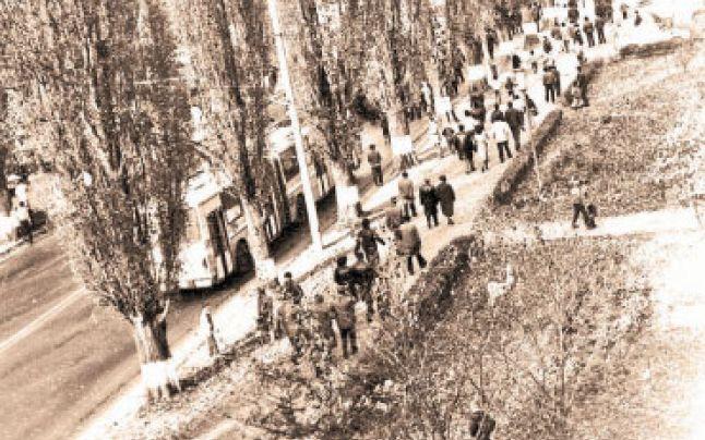 """15 noiembrie 1987: La Brașov au avut loc manifestațiile spontane ale muncitorilor de la uzinele """"Roman"""" împotriva regimului ceaușist, manifestații la care s-a alăturat o mare parte din populația orașului - foto: adevarul.ro"""