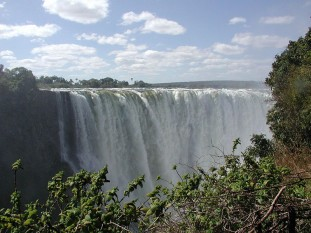 Cascada Victoria se găsește pe cursul fluviului african Zambezi, la granița dintre Zimbabwe și Zambia, între orașele Victoria Falls și Livingstone, fiind declarată în 1989 de UNESCO monument al naturii. Este una dintre cele mai înalte cascade din lume (cea mai înalta fiind Cascada Angel - Venezuela) - foto: ro.wikipedia.org