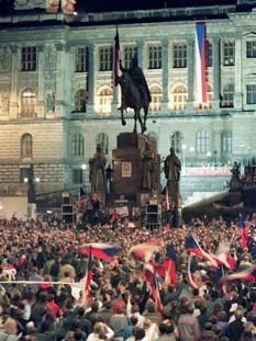 28 noiembrie 1989: În Cehoslovacia încep negocierile între Forumul Civic şi administraţia comunista - foto: cersipamantromanesc.wordpress.com