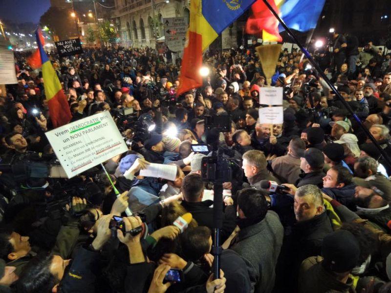 Proteste 8 noiembrie 2015 - Klaus Iohannis în Piața Universitații - foto: Cătălin Georgescu