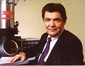 """George Emil Palade (n. 19 noiembrie 1912, Iași– d. 8 octombrie 2008), medic și om de știință american de origine română, specialist în domeniul biologiei celulare, laureat în 1974 al premiului Nobel pentru fiziologie și medicină. În 1986 i-a fost conferită în Statele Unite National Medal of Science (""""Medalia Națională pentru Știință"""") în biologie pentru: """"descoperiri fundamentale (de pionierat) în domeniul unei serii esențiale de structuri supracomplexe, cu înaltă organizare, prezente în toate celulele vii"""" - foto: en.wikipedia.org"""