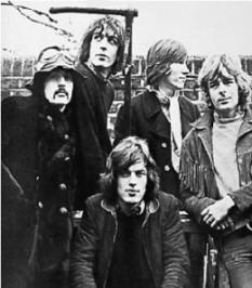 Pink Floyd în ianuarie 1968, aceasta fiind singura poză cunoscută cu toți cei cinci membri ai trupei. De la stânga la dreapta: Nick Mason, Syd Barrett, David Gilmour (așezat), Roger Waters, Richard Wright - foto: ro.wikipedia.org