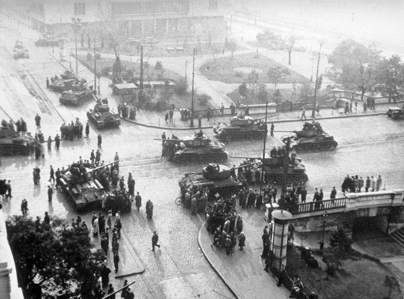 Tancuri sovietice la Budapesta  (noiembrie 1956) foto: culturadesambata.ro