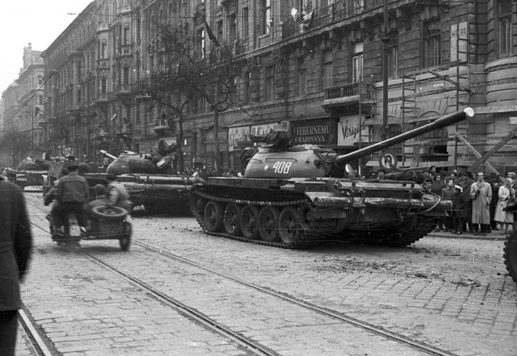Tancuri sovietice pe străzile Budapestei, 31 octombrie 1956 - foto: FORTEPAN / Nagy Gyula (preluat de pe: rfi.ro)