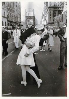 "Alfred Eisenstaedt: ""The Kiss"", New York 1945  foto: cersipamantromanesc.wordpress.com"