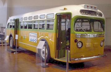 Autobuzul nr 2857 cu care Rosa Parks călătorea înainte de a fi arestată (1 decembrie 1955) pentru că a refuzat să cedeze locul unui călător alb - foto preluat de pe  ro.wikipedia.org