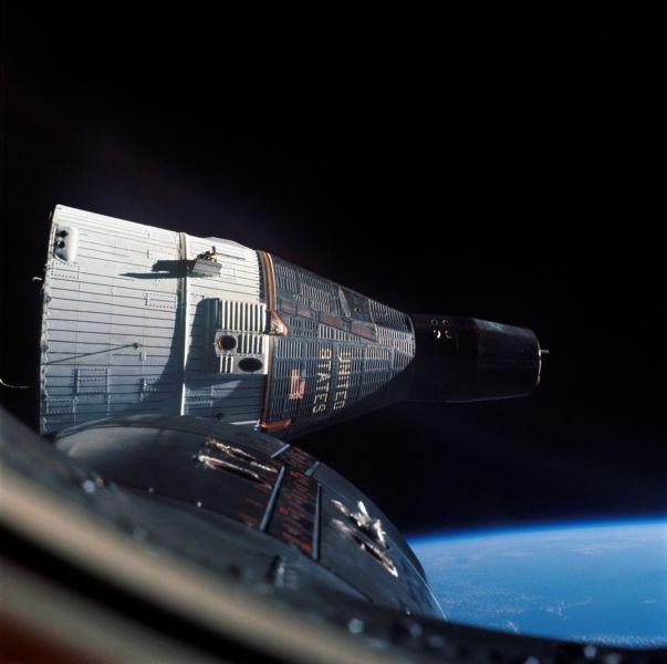 Rendezvous of Gemini 6 and 7, December 1965 - foto: en.wikipedia.org