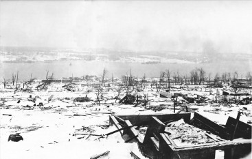 A view across the devastation of Halifax two days after the explosion, looking toward the Dartmouth side of the harbour. Imo can be seen aground on the far side of the harbour - foto: en.wikipedia.org