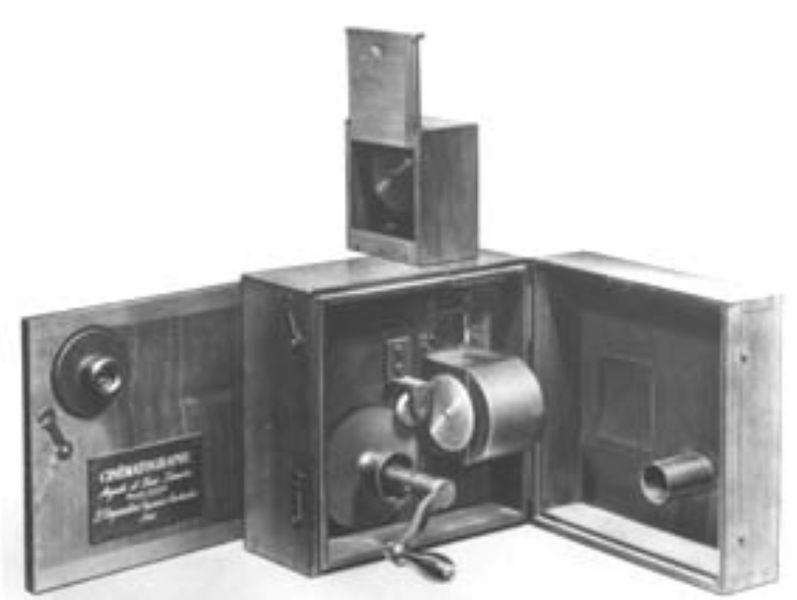 """Primul aparat """"cinematograf"""" al fraților Lumière folosit la filmat și la proiecție (alăturându-i-se o sursă de lumină) - foto: ro.wikipedia.org"""